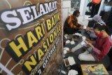 Kepala Dinas Perdagangan dan Perindustrian Nur Muhyar (kiri) membatik bersama anak-anak di Kelurahan Dermo, Kota Kediri, Jawa Timur, Jumat (2/10/2020). Membatik dengan media masker yang diselenggarakan pemerintah daerah setempat tersebut guna memperingati Hari Batik Nasional sekaligus sosialisasi penerapan protokol kesehatan saat pandemi COVID-19 kepada anak-anak. Antara Jatim/Prasetia Fauzani/zk.