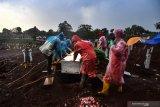 Pemakaman jenazah secara protokol COVID-19 di TPU Pondok Ranggon berkurang