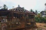 Bukit Asam bantu warga Desa Tanjung Agung Muara Enim perbaiki Mushola Talang Abik