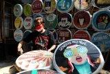 Relawan memasang poster partisipasi pilkada di Markas Republik Aeng-Aeng, Solo, Jawa Tengah, Jumat (2/10/2020). Pemasangan poster tersebut untuk sosialisasi mengajak masyarakat menggunakan hak pilihnya dalam Pilkada serentak 2020. ANTARA FOTO/Maulana Surya/nym.