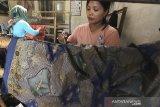 Perajin menyelesaikan pesanan batik di Paoman, Indramayu, Jawa Barat, Sabtu (3/10/2020). Kementerian Perindustrian menyatakan ekspor idustri batik di masa pandemi COVID-19 periode Januari-Juli 2020 mencapai 21,54 juta dolar AS atau meningkat dibandung periode yang sama di tahun 2019 senilai 17,99 juta dolar AS. ANTARA JABAR/Dedhez Anggara/agr
