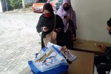 Warga Padang lapor pemberian beras bergambar Mulyadi-Ali Mukhni ke Bawaslu Sumbar