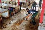 Prajurit TNI bersihkan lingkungan Pasar Enarotali Paniai
