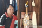 Perajin alat musik tradisional di Gumas ciptakan jam dengan desain kecapi