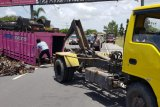 Truk pengangkut besi terguling di Jalan Raya Bypass depan Bandara Lombok