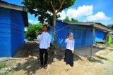Dua mahasiswa baru Universitas Muhammadiyah (UM) Jambi Seri yang merupakan warga Suku Anak Dalam (SAD) atau Orang Rimba mencari sinyal telepon seluler saat mengikuti Masa Ta'aruf Mahasiswa Baru secara daring dari Permukiman SAD, Pelepat, Bungo, Jambi, Jumat (2/10/2020). Seri dan Juliana yang tinggal di Permukiman SAD dampingan SSS Pundi Sumatera tersebut mendapatkan kesempatan menjadi mahasiswa baru pada Program Studi Kehutanan di (UM) Jambi melalui kerja sama kolaborasi antara SSS Pundi Sumatera dengan pihak kampus. ANTARA FOTO/Wahdi Septiawan/wsj.