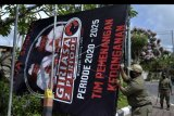 Petugas Satpol PP Badung mencopot baliho Alat Peraga Kampanye (APK) Pilkada Badung tahun 2020 di Badung, Bali, Selasa (6/10/2020). Kegiatan tersebut dilakukan untuk menertibkan alat peraga kampanye yang tidak sesuai ketentuan terkait APK Pilkada yang telah ditetapkan. ANTARA FOTO/Fikri Yusuf/nym.