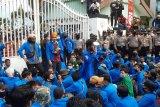 Diguyur hujan, demo mahasiswa UIR tolak UU ciptaker diwarnai aksi saling dorong