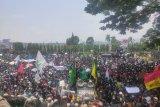 Massa  minta bertemu dengan 85 anggota DPRD Lampung