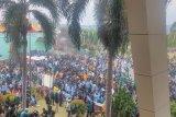 Aksi bakar ban warnai demo di depan kantor DPRD Lampung