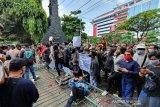 Ribuan buruh-mahasiswa jebol gerbang DPRD Jateng tolak UU Cipta Kerja