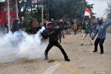 TOLAK PENGESAHAN UU CIPTA KERJA MAHASISWA BENTROK DENGAN APARAT