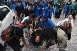 Demo Omnibus Law Pekanbaru rusuh, puluhan mahasiswa luka kena lemparan batu dan gas air mata