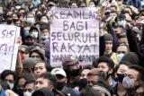 Sejumlah elemen mahasiswa dan buruh melakukan unjuk rasa menolak pengesahan UU Cipta Kerja, di Alun-alun Purwokerto, Banyumas, Jawa Tengah, Rabu (7/10/2020). Mahasiswa meminta Fraksi di DPRD Banyumas, untuk ikut menandatangani surat penolakan pengesahan UU Cipta Kerja, dan mengirimkan surat tersebut kepada fraksi mereka di DPR Pusat. ANTARA FOTO/Idhad Zakaria/foc.