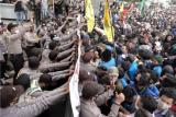 Sejumlah pengunjukrasa terlibat aksi dorong dengan polisi saat melakukan unjuk rasa menolak pengesahan UU Cipta Kerja, di Alun-alun Purwokerto, Banyumas, Jawa Tengah, Rabu (7/10/2020). Mahasiswa meminta Fraksi di DPRD Banyumas, untuk ikut menandatangani surat penolakan pengesahan UU Cipta Kerja, dan mengirimkan surat tersebut kepada fraksi mereka di DPR Pusat. ANTARA FOTO/Idhad Zakaria/foc.