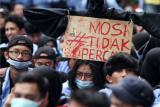 Sejumlah mahasiswa berunjuk rasa menolak Undang-Undang Cipta Kerja (Omnibus Law) di DPRD Provinsi Kalbar di Pontianak, Kalimantan Barat, Kamis (8/10/2020). Selain menyatakan mosi tidak percaya kepada pemerintah dan DPR, para mahasiswa juga menuntut UU Cipta Kerja (Omnibus Law) dibatalkan karena dinilai hanya berpihak kepada pengusaha serta merugikan buruh dan pekerja. ANTARA FOTO/Jessica Helena Wuysang/nz