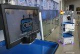 Dua robot RAISA buatan Institut Teknologi Sepuluh Nopember (ITS) diuji coba pada acara serah terima di Gedung Pusat Robotika ITS, Surabaya, Jawa Timur, Kamis (8/10/2020). Robot RAISA yang dapat membawa makanan, peralatan medis dan obat-obatan pesanan PT Pertamina MOR V Jatimbalinus tersebut untuk disumbangkan kepada pihak RS Islam Surabaya guna membantu tenaga kesahatan dalam melakukan pelayanan sekaligus mengurangi interaksi langsung dengan pasien COVID-19. Antara Jatim/Moch Asim/zk.
