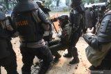 Enam polisi dirawat di rumah sakit akibat bentrokan dengan perusuh unjuk rasa