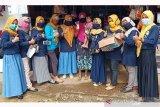 Cegah COVID-19, Pemdes Ussu Luwu Timur bagikan masker kain