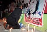 Aksi pembakaran lilin mengenang kematian Riko adik ipar Edo Kondologit