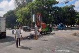 Aparat gabungan di Kendari membersihkan sampah sisa demonstrasi