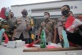 Polisi menunjukkan barang bukti saat ungkap kasus perusakan fasilitas umum di Polrestabes Surabaya, Jawa Timur, Jumat (9/10/2020). Polrestabes Surabaya mengembalikan 231 anak kepada keluarganya dari 253 orang yang ditangkap saat unjuk rasa buruh Tolak UU Cipta Kerja pada Kamis (8/10/2020), sedangkan 22 orang sisanya ditetapkan menjadi tersangka atas kasus dugaan perusakaan fasilitas umum. Antara Jatim/Didik/Zk