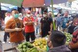 Sugianto Sabran borong dagangan pedagang dan bagikan ke warga di Kapuas