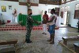 Prajurit TNI Satgas Yonif 125/Si'mbisa bagikan alkitab ke jemaat gereja