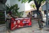 Pilkada Surakarta, petugas Satpol PP tertibkan puluhan APK
