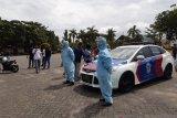 Petugas kesehatan rapid test para pendemo di DPRD Kepri