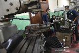 Peserta mengikuti pelatihan manufaktur saat pelatihan kerja di Balai Besar Pengembangan Latihan Kerja (BBPLK), Bandung, Jawa Barat, Senin (12/10/2020). Pemerintah menyatakan UU Cipta Kerja bertujuan untuk menyediakan lapangan kerja bagi para pencari kerja dan pengangguran karena setiap tahun terdapat 2,9 juta penduduk usia kerja baru atau generasi muda yang siap masuk ke pasar kerja. ANTARA JABAR/M Agung Rajasa/agr