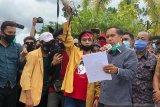 Aksi penolakan OmnibusLaw damai, Ketua DPRD Inhil terima aspirasi mahasiswa