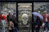 Protes antipenguncian terjadi saat London naikkan level COVID-19