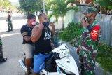 Prajurit Kodim 1709/Yawa tertibkan warga pakai masker