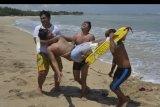 Sejumlah peserta mengikuti latihan penyelamatan korban yang digelar Badan Penyelamat Wisata Tirta (Balawista) di Pantai Kuta, Badung, Bali, Rabu (14/10/2020). Kegiatan tersebut diselenggarakan untuk meningkatkan kemampuan dan kesigapan personel Balawista untuk menangani kecelakaan dalam aktivitas wisata bahari. ANTARA FOTO/Fikri Yusuf/nym.