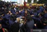 Sejumlah mahasiswa bermain domino saat mengikuti unjuk rasa penolakkan Undang-Undang Omnibus Law di Kawasan Jalan Lambung Mangkurat, Banjarmasin, Kalimantan Selatan, Kamis (15/10/2020). Dalam orasi tersebut mereka menuntut presiden mengeluarkan Perppu untuk menghentikan UU Omnibus Law Cipta Kerja yang dinilai merugikan masyarakat kecil. Foto Antaranews Kalsel/Bayu Pratama S.