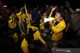 Sejumlah mahasiswa tetap bertahan hingga malam saat unjuk rasa penolakkan Undang-Undang Omnibus Law di Kawasan Jalan Lambung Mangkurat, Banjarmasin, Kalimantan Selatan, Kamis (15/10/2020). Dalam orasi tersebut mereka menuntut presiden mengeluarkan Perppu untuk menghentikan UU Omnibus Law Cipta Kerja yang dinilai merugikan masyarakat kecil. Foto Antaranews Kalsel/Bayu Pratama S.