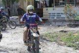 Zainal mengendarai motor temui warga perbatasan Kaltara