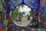 Suasana pantai dan kawasan wisata skywalk di Pantai Barat, Kabupaten Pangandaran, Jawa Barat, Kamis (15/10/2020). Pemerintah akan segera menyalurkan dana hibah pariwisata sebesar Rp3,3 triliun yang ditujukan kepada pelaku usaha pariwisata dan pemerintah daerah untuk memulihkan ekonomi di sektor pariwisata akibat pandemi COVID-19. ANTARA JABAR/Adeng Bustomi/agr