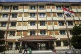 Petugas membersihkan area Apartemen Transit Ujungberung, Bandung, Jawa Barat, Kamis (15/10/2020). Pemerintah Provinsi Jawa Barat  menargetkan bisa membangun 44 menara apartemen transit yang diperuntukkan bagi buruh dan pekerja hingga 2030 guna menutup kesenjangan hunian serta menfasilitasi tingginya tingkat okupansi apartemen transit yang ada saat ini dengan rata-rata mencapai 97,6 persen. ANTARA JABAR/Novrian Arbi/agr