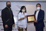 Deputy Director of Overseas Business Group Incheon International Airport Corporation (IIAC) Korea Selatan Vin Kim (kanan) menyerahkan sertifikat Safe Corridor Initiative (SCI) kepada Direktur Pemasaran dan Pelayanan PT Angkasa Pura I (Persero) Devy Suradji (tengah) dan Direktur Pengembangan Usaha PT Angkasa Pura I (Persero) Dendi T. Danianto (kiri), di Badung, Bali, Kamis (15/10/2020). Bandara I Gusti Ngurah Rai Bali yang dikelola Angkasa Pura I berhasil meraih sertifikat SCI atau Inisiasi Koridor Sehat dari IIAC setelah melalui tahap penilaian terkait dengan penerapan protokol kesehatan dan keamanan penanganan pandemi COVID-19. ANTARA FOTO/Fikri Yusuf/nym.