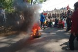 Sambil membakar ban, Aliansi mahasiswa Pasaman Barat unjuk rasa ke DPRD tolak UU Cipta Kerja