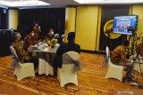 Kepala Perwakilan Bank Indonesia Kediri Sofwan Kurnia (kiri), Wali Kota Madiun Maidi (kedua kiri) Sekretaris Daerah Kota Madiun Rusdiyanto (ketiga kiri) mengikuti acara pembukaan pameran secara virtual Usaha Mikro Kecil Menengah (UMKM) di Kota Madiun, Jawa Timur, Jumat (16/10/2020). Pameran yang diikuti 217 UMKM dari Kota Madiun, Kabupaten Madiun, Ngawi, Magetan, Ponorogo, Pacitan Jawa Timur dibuka Gubernur Jawa Timur Khofifah Indar Parawansa difasilitasi Bank Indonesia guna mendorong UMKM untuk terus memasarkan produknya di tengah masa pandemi COVID-19. Antara Jatim/Siswowidodo/zk.