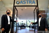Branch Manager BMW Astra Surabaya Yopy Antonio (kanan) bersama Kepala Bengkel BMW Astra Surabaya Evaludin (kiri) meluncurkan BMW Luxury Store di Mal Grand City, Surabaya, Jawa Timur, Jumat (16/10/2020). BMW Luxury Store tersebut merupakan yang pertama di Jawa TImur yang diharapkan dapat memberi kemudahan dan mendekatkan diri ke pelanggan khususnya di wilayah Jawa Timur. Antara Jatim/Zabur Karuru