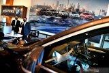Branch Manager BMW Astra Surabaya Yopy Antonio (kanan) berbincang dengan Kepala Bengkel BMW Astra Surabaya Evaludin (kiri) memberikan pemaparan terkait peluncuran BMW Luxury Store di Mal Grand City, Surabaya, Jawa Timur, Jumat (16/10/2020). BMW Luxury Store tersebut merupakan yang pertama di Jawa TImur yang diharapkan dapat memberi kemudahan dan mendekatkan diri ke pelanggan khususnya di wilayah Jawa Timur. Antara Jatim/Zabur Karuru
