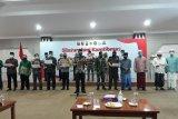 Wali Kota Kediri Abdullah Abu Bakar (tengah) dan Forkopimda Kota Kediri menggelar deklarasi damai di Balai Kota Kediri, Jawa Timur, Jumat (17/10/2020). Acara tersebut sebagai bentuk upaya mewujudkan kota yang aman dari tindakan anarkis. Antara Jatim/Asmaul Chusna/zk.