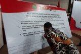 Wali Kota Kediri Abdullah Abu Bakar membubuhkan tanda tangan saat menggelar deklarasi damai di Balai Kota Kediri, Jawa Timur, Jumat (17/10/2020). Acara tersebut sebagai bentuk upaya mewujudkan kota yang aman dari tindakan anarkis. Antara Jatim/Asmaul Chusna/zk.