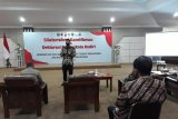Wali Kota Kediri Abdullah Abu Bakar menyampaikan sambutan saat menggelar deklarasi damai di Balai Kota Kediri, Jawa Timur, Jumat (17/10/2020). Acara tersebut sebagai bentuk upaya mewujudkan kota yang aman dari tindakan anarkis. Antara Jatim/Asmaul Chusna/zk.