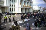 Massa aksi dari Keluarga Mahasiswa Kota Kembang melakukan aksi di depan Gedung Merdeka, Bandung, Jawa Barat, Sabtu (17/10/2020). Dalam aksinya mereka menuntut agar Presiden Joko Widodo untuk tidak menandatangani UU Cipta Kerja serta mendesak Presiden untuk mengeluarkan PERPPU. ANTARA JABAR/Raisan Al Farisi/agr