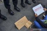 Mahasiswa berunjuk rasa menolak pengesahan UU Cipta Kerja di depan gedung DPRD Kota Tasikmalaya, Jawa Barat, Sabtu (17/10/2020). Mereka meminta kepada Mahkamah Konstitusi (MK) untuk melakukan uji materi atau judicial review dan berpihak kepada rakyat serta meminta keterbukaan mengenai draf asli yang sudah ditetapkan oleh DPR. ANTARA JABAR/Adeng Bustomi/agr